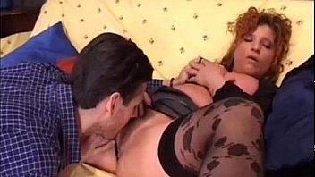 Casalinga si masturba con sfilincino del marito moglie vogliosa di cazzo italian