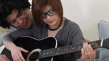 Hermosa Teen Nerd Cogida por su maestro de guitarra Brasileño.