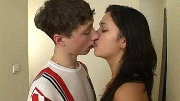 Hermano y hermana adolescentes tienen sexo en el pasillo - WWW.FAPPLER.TOP