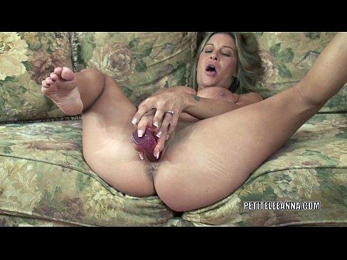 Mature hottie leeanna fucks her toy