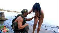 Tania Berry se fait déboiter en bord de mer par un cheapendale Thumbnail