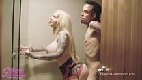 Sabrina Sabrok chupando verga y cogiendo en la bañera Thumbnail