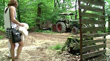 Hobbyhure Sandy lässt sich von Freier im Wald abficken