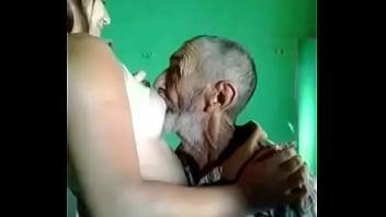 Vieil homme baise une milf...