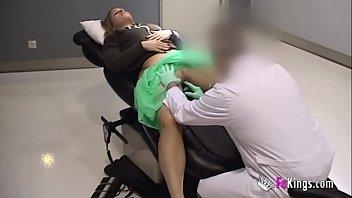 Medecin baise cornee du patient