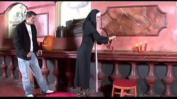 Innocent nonne se fait baiser...
