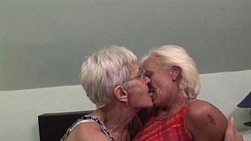 Granny lesbiche sesso a tre