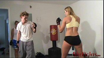 Lutte mixte: Julie vs Skinny...
