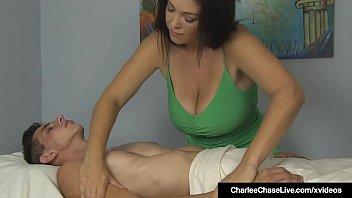 Masseuse maturite Charlee Chase donne...