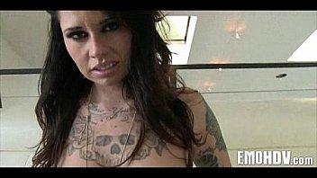 Emo fille avec des tatouages...
