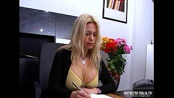 Donna manager Scopata in ufficio e sborrata dentro la figa pelosa