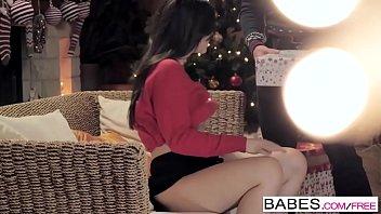 Babes - Etape Maman Lecons - Tchad Rockwell et Leanna Sweet et Nekane - Surprise de Noel