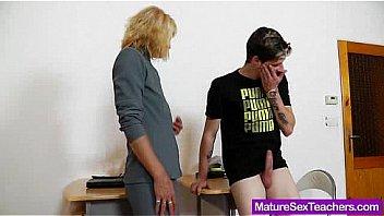 Vieille mature enseignant taquine jeune...