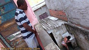 At udspionere naboen rabuda i...