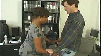 morena embarazada follando con jefe
