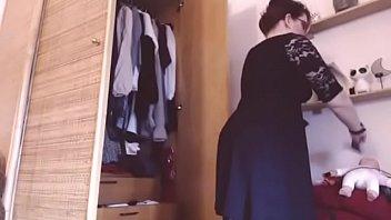 la ragazza italiana ti mostra sua collezione di mutandine e perizomi masturbati per il suo grosso culo