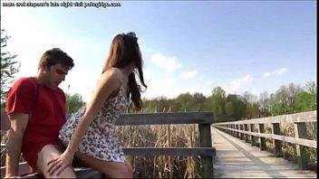 Les adolescents Pris dAvoir des relations Sexuelles a lExterieur dans le Parc