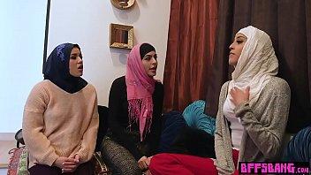 Busty Arabiske babes fandening en...