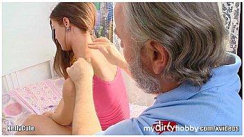Jeune adolescente baiser par des hommes plus ages