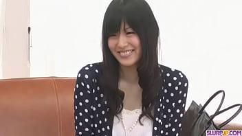 Nozomi Koizumi geben Kopf und schluckt nach dem aufstehen gespielt