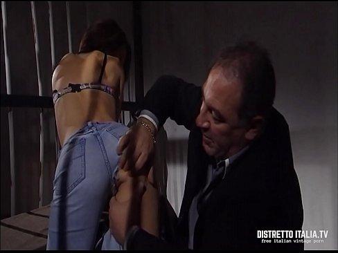 Il direttore del carcere si incula e sborra in bocca con il suo enorme cazzo una giovane mogliettina messa in cella ingiustamente xxx