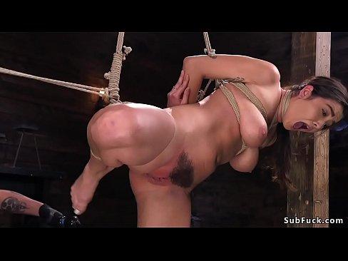 Naturlichen gro?en Titten und haarige Muschi Brunette slave-Karlee Grau in Seil-bondage muschi vibed