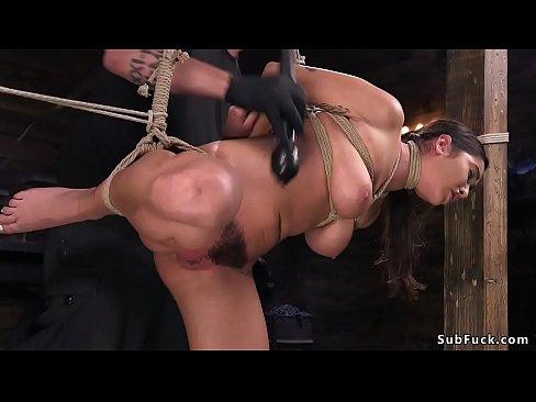 Naturale grandi tette e figa pelosa bruna slave Karlee Grigio corda bondage di figa vibed