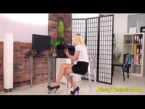 Ladye pissing shoe