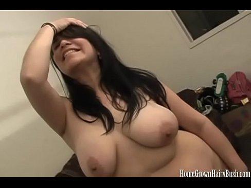 Fett Schlampe mit einem haarigen Fotze masturbiert