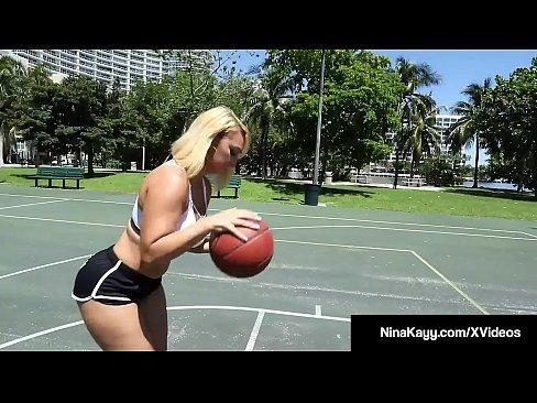 Phat Culo Chica Blanca Nina Kayy muestra sus curvas mientras que aprender a jugar baloncesto con Una Polla Grande y Negro que ella rapidamente se mete en su boca y las piernas abiertas! Ella se folla a su entrenador y sus bolas para conseguir su perfecta (cum) toma!