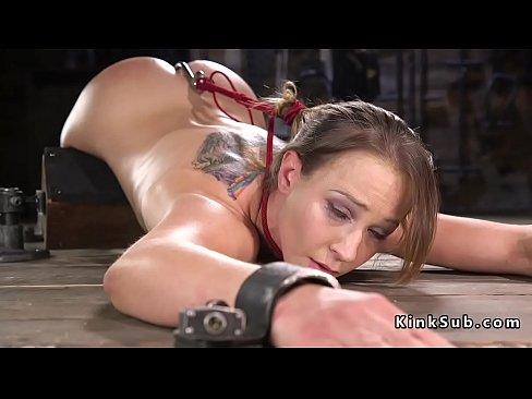 Nel dispositivo di schiavitu in posizione seduta imbavagliato e bendato bruna slave Cheyenne Jewel ottiene figa vibrato