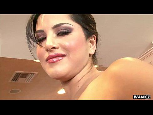 WANKZ - Sunny Leone se met a poil Et se Masturbe