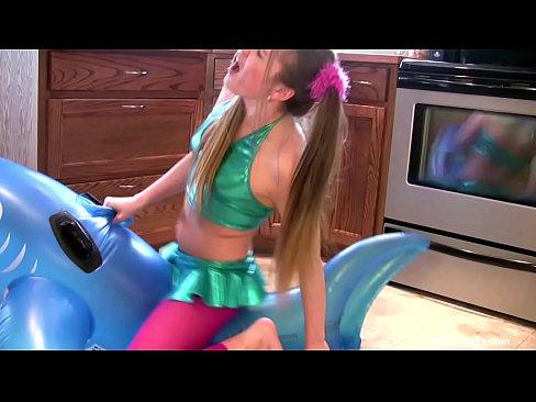 Schwein-Tailed geile Schlampe Stohnt auf Ballon Spielzeug bis zum Orgasmus