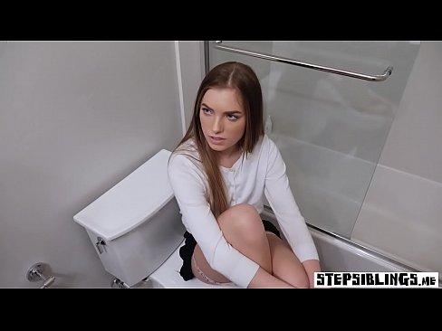 Desagradable hermanastra chica tiene follada despues de la atrapo en el cuarto de bano