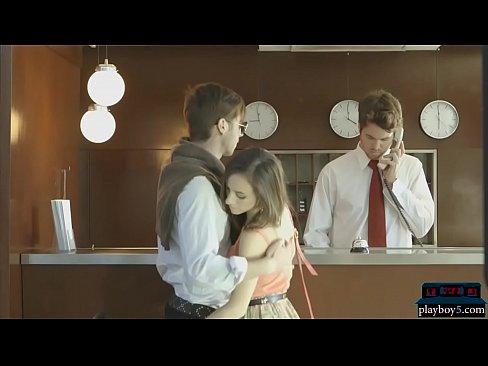 Juste les adolescentes mariees aller a un hotel pour leur lune de miel