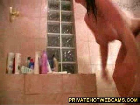 Hot big boobed babe giocando intorno con un dildo gigante in bagno www.privatehotwebcams.com
