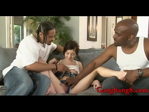 Mignonne brunette teen Courtney Star donne une pipe et double farcies par les hommes en noir