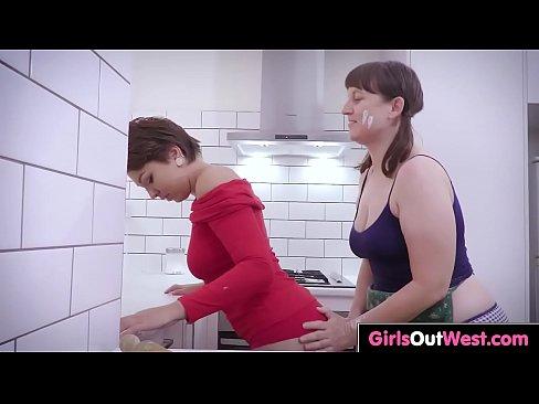 Aussie lesbianas con afeitadas y peludas cono en la cocina
