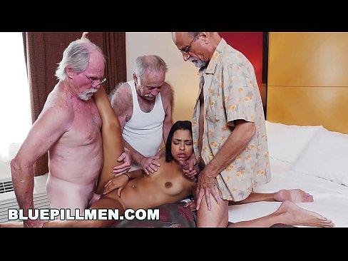 BLUEPILLMEN - Geriatrica anziani Su Una Spiaggia di nudisti Con Un Caldo Giovane Latina