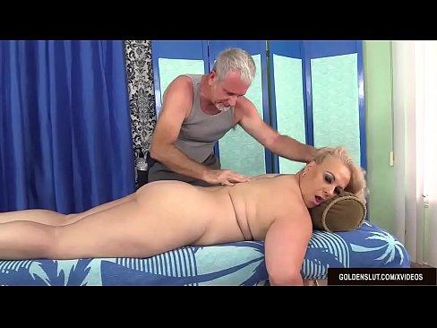 Bionda matura Ottiene un Massaggio per il Corpo e la Figa