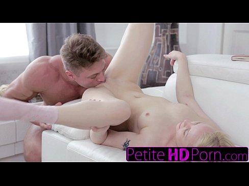 Giovane bionda ottiene il cazzo duro e un boccone di sperma