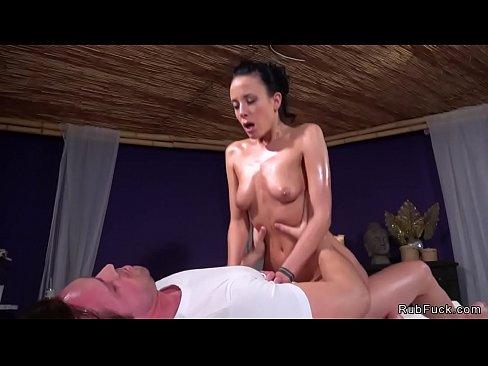 Nudo di Euro bruna babe ottiene figa scopata finche lei succhia massaggiatori cazzo enorme