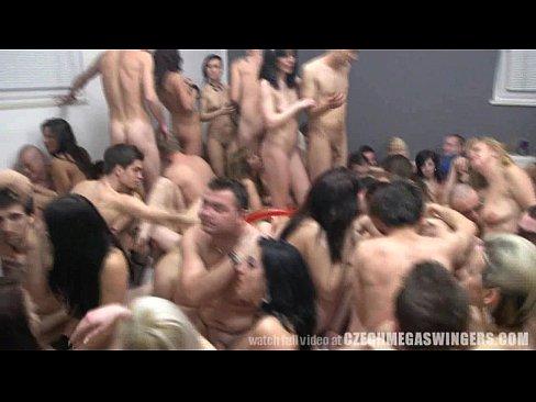 Monstruo de la Orgia de Mas de 100 Personas en una Habitacion