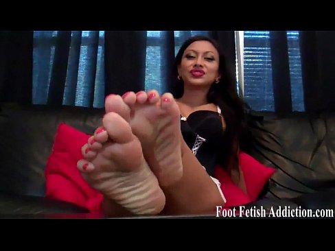 ebony-toes-suck
