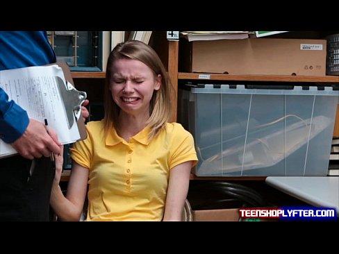 El llanto adolescente Catarina Petrov obtener una forma de salir de cargo de delito grave