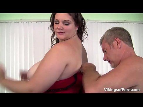 Flirty BBW ottiene un duro spank e pestate da un grosso cazzo