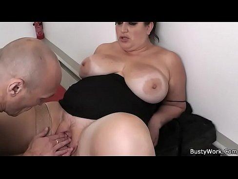 Donna Sexy da i suoi piedi nudi scopare la schiena