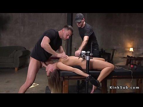 Enormes tetas esclavo Britney Amber inmovilizados en metal dispositivo con vibrador colocado en su cono peludo
