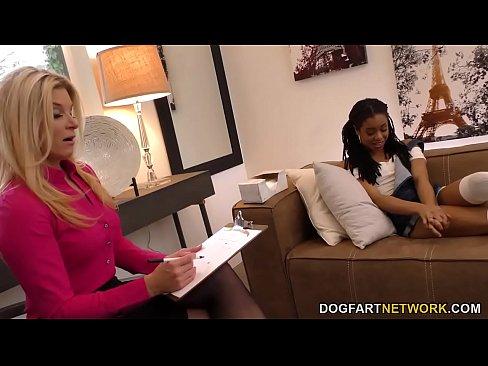 Lesbianas MILF de Verano de la India Y Petite Ebano Kira Noir Favor de Cada uno de los Otros