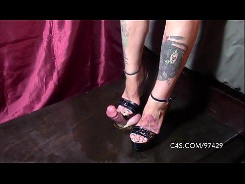 seks-trampling-kablukami-video-onlayn-striptiz-zasovivaet-platok
